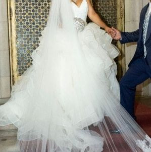 Gorgeous Vera Wang Wedding Dress with veil